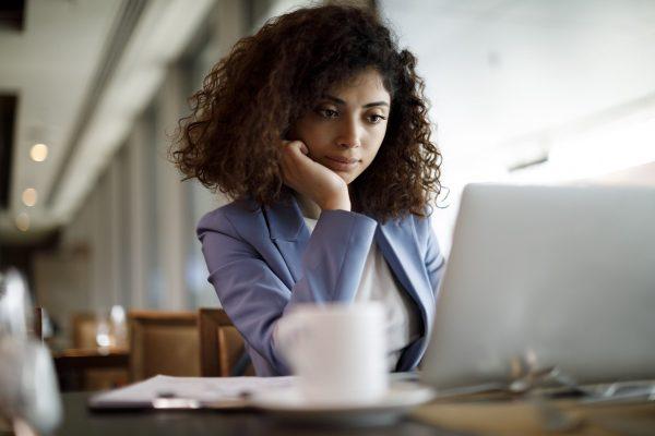 persona con computadora haciendo planeación de impuestos