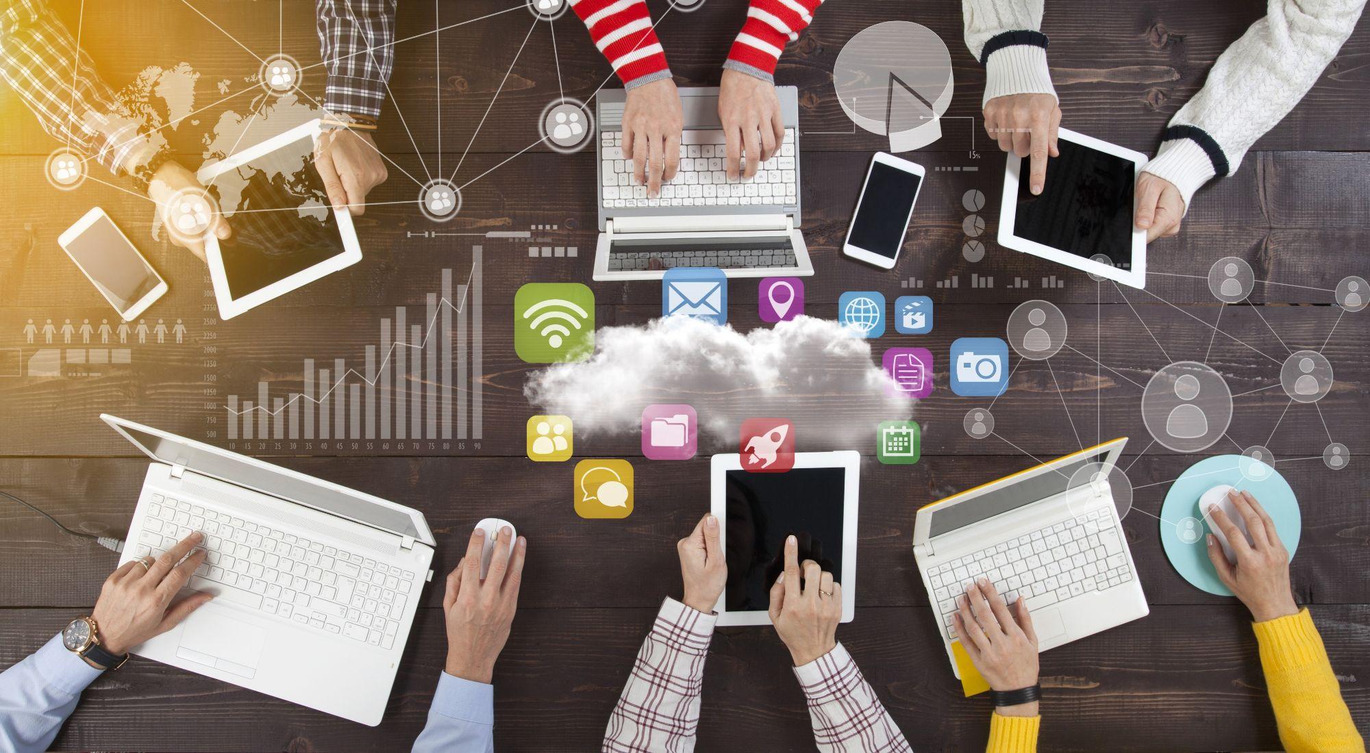 personas con computadoras en la transformación digital
