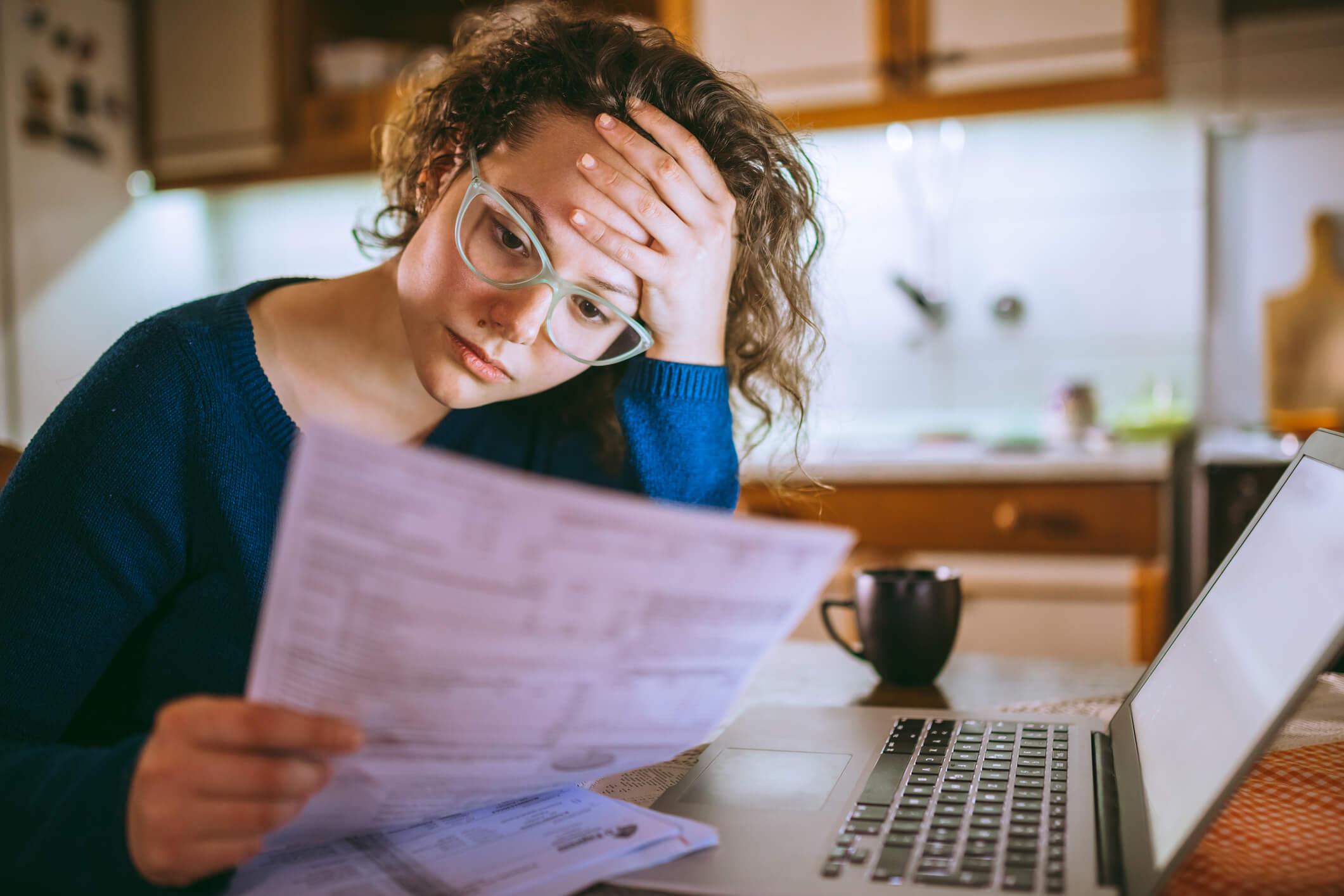 Persona leyendo sobre los impuestos que debe pagar en Uruguay