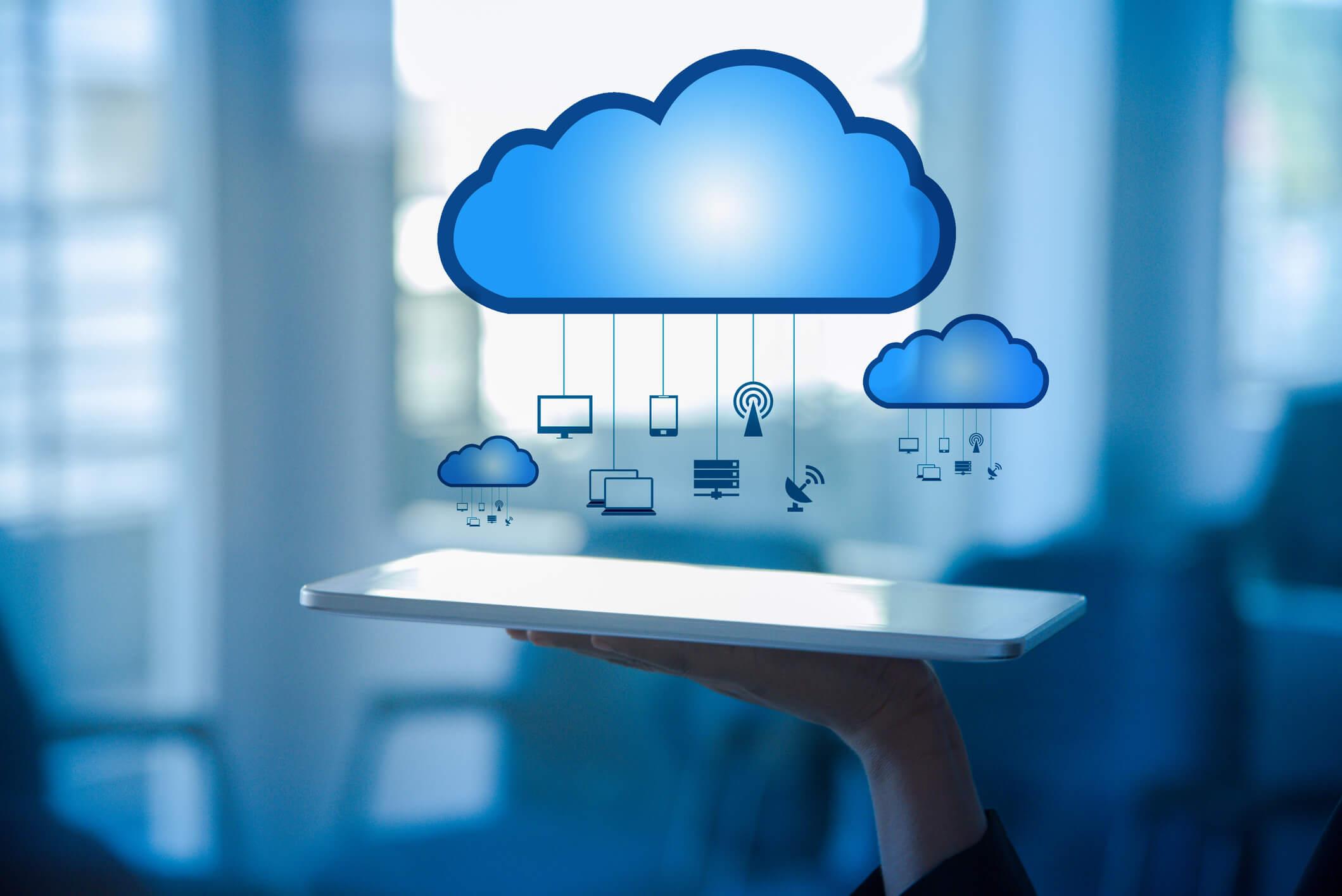 Tableta con imágenes de nubes que representan el sistema de facturación en la nube